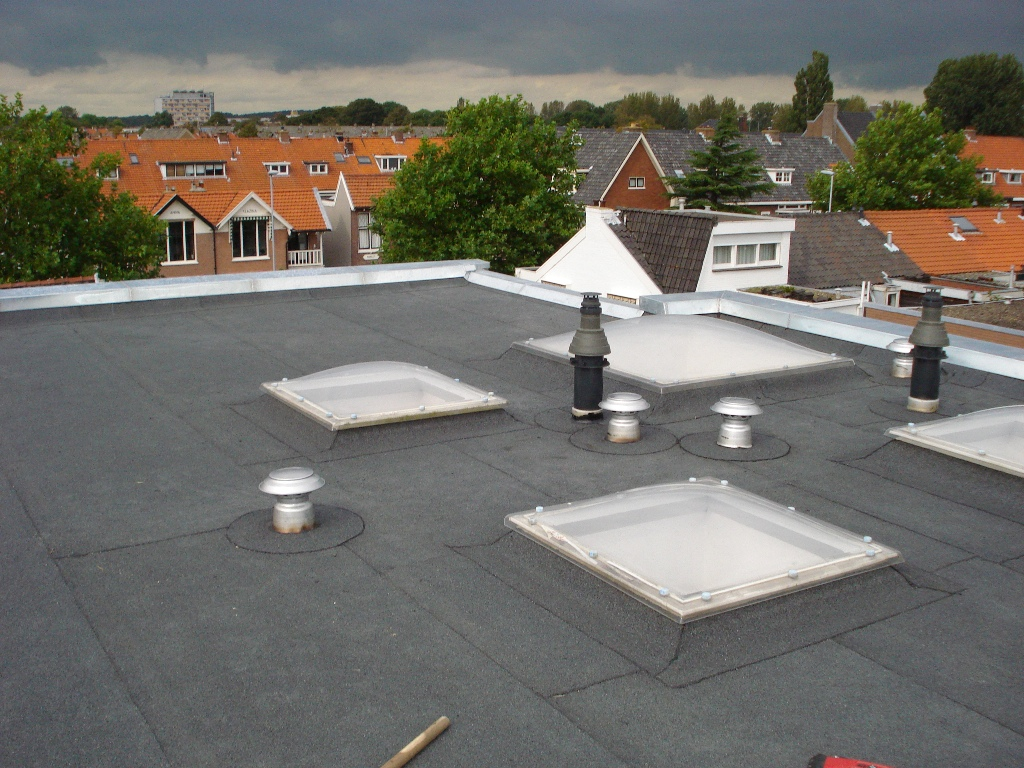 Preangerstraat, Haarlem – Vervangen bitumen bovendak met zinken deklijst